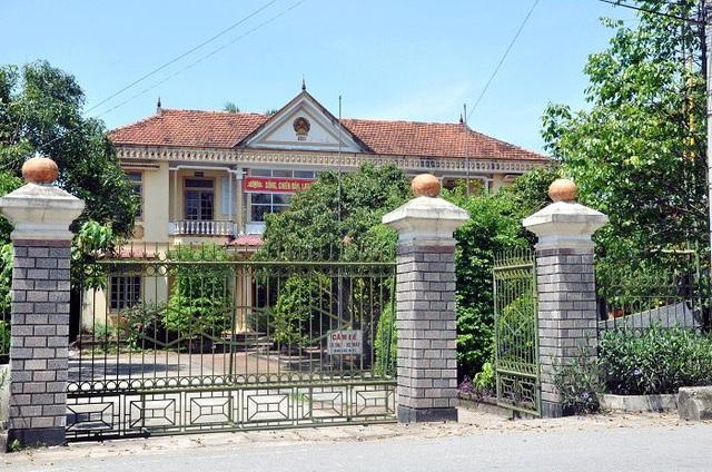 Trụ sở xã Thiên Lộc khiêm tốn bên những ngôi nhà cao tầng do người dân xuất ngoại làm nên.