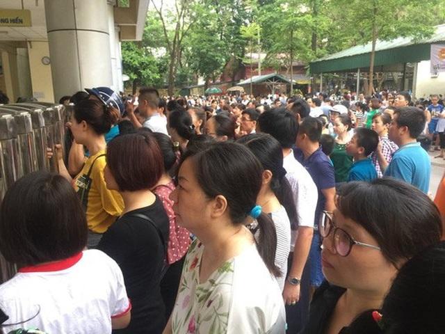 Hàng nghìn phụ huynh đưa con tham dự kỳ kiểm tra đánh giá đầu vào tuyển sinh lớp 6 của trường THCS-THPT Nguyễn Tất Thành.