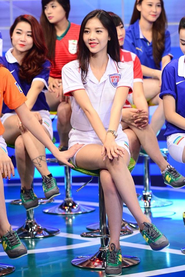 Cô là đại diện của đội tuyển Mỹ, cùng các cô gái khác nhảy múa những vũ điệu đẹp mắt, hòa vào ngày hội lớn của fan bóng đá trên khắp thế giới.