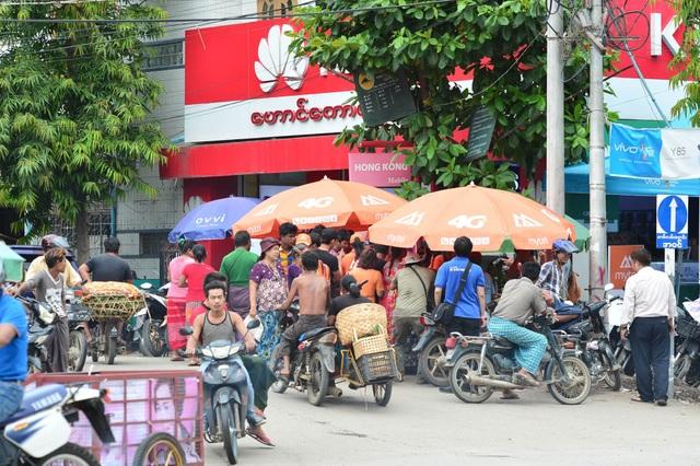 Vài ngày trước khi khai trương, những điểm bán lưu động nhỏ của Mytel xuất hiện ở rất nhiều nơi trên khắp đất nước Myanmar. Đội ngũ bán hàng luôn được vây kín bởi người dân đang rất tò mò, háo hức với một mạng di động mới.