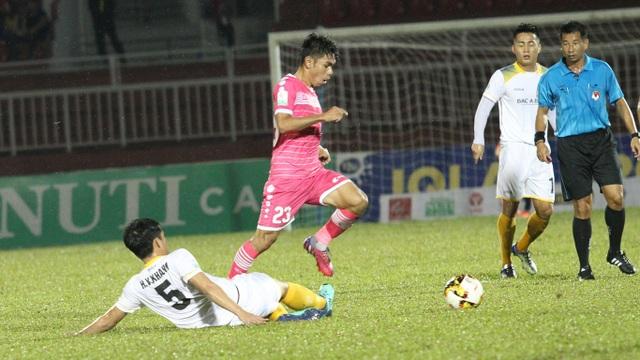 Ngược xuống nhóm dưới, Sài Gòn FC và SL Nghệ An sẽ trực tiếp tranh suất trụ hạng với nhau (ảnh: Trọng Vũ)