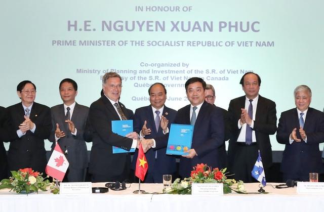 Thủ tướng Nguyễn Xuân Phúc chứng kiến kiến trao bản ghi nhớ hợp tác giữa 2 nước. Ảnh: Thống Nhất –TTXVN.