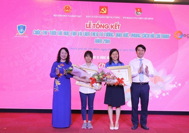 Thứ trưởng Bộ GD-ĐT Nguyễn Thị Nghĩa trao giải cho 2 thí sinh xuất sắc nhất, trong đó có nữ sinh lớp 11 Nguyễn Trần Dương Thương