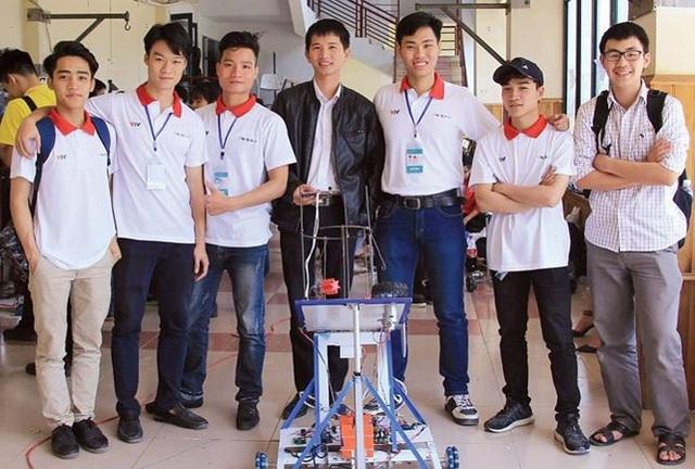 Phạm Lê Việt Anh (thứ 2 từ trái qua) cùng đội BK Galaxy trong một cuộc thi Robocon.