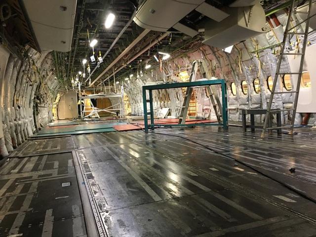 Phần nội thất bên trong khoang máy bay Boeing 777-200LRs đã được hoàn toàn gỡ bỏ, Emirates dự kiến sẽ trang bị hệ thống nội thất hoàn toàn mới để trưng bày tại triển lãm hàng không Dubai vào tháng 11.