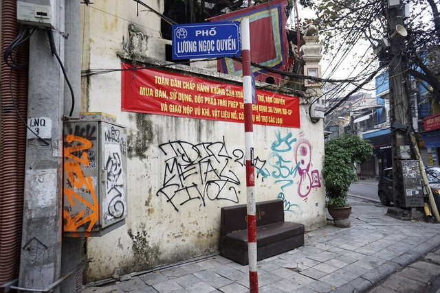 Một mảng tường của ngôi đền cổ đầu phố Lương Ngọc Quyến - Mã Mây cũng bị bôi bẩn không thương tiếc.