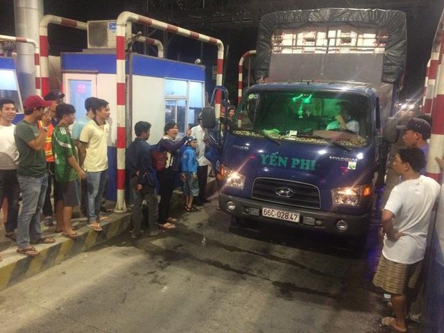 Đối với các xe có tài xế phản ứng, các nhân viên giải thích nhưng không được chấp nhận nên sau đó họ kéo baire lên cho các xe này qua trạm