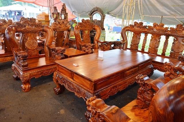 Còn đây là bộ bàn ghế gỗ cẩm lai có giá 1,05 tỷ đồng. Bộ bàn ghế có 1 chiếc bàn và 5 chiếc ghế.