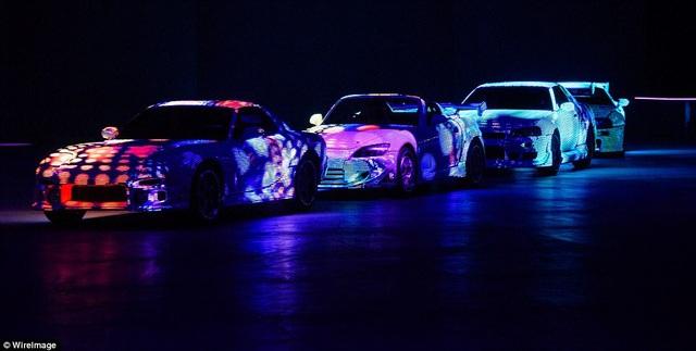 Dàn siêu xe xuất hiện trên sân khấu.