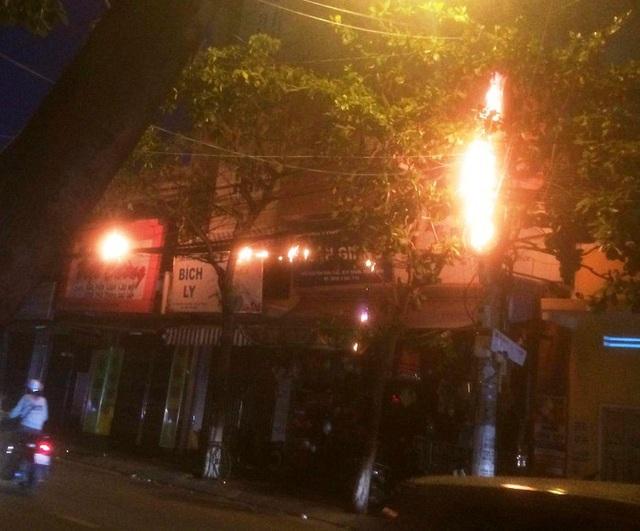 Trụ điện phát nổ, hơn 500 hộ dân mất điện.