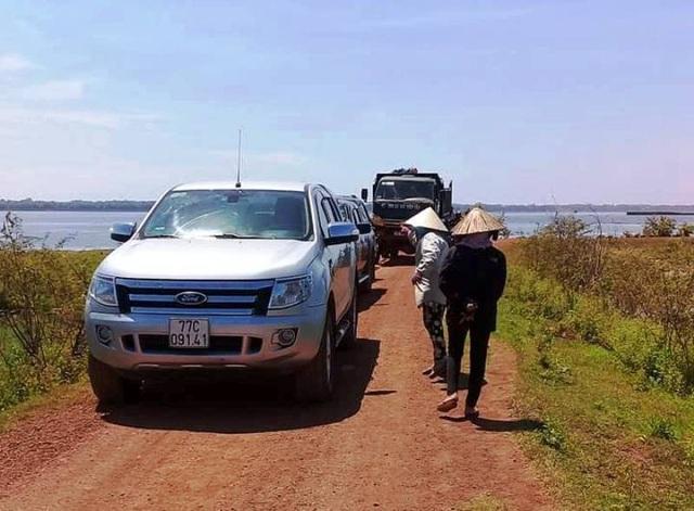 Đến ngày 1/7, người dân vẫn chưa thả 3 xe, trong đó có 2 xe công vụ, 1 xe của doanh nghiệp khi về đầm Trà Ổ khảo sát.