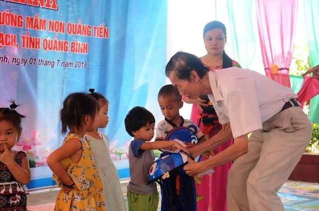 Nhà báo Phạm Huy Hoàn, Tổng biên tập Báo Dân trí và nhà báo Phan Duy Thảo, Trưởng văn phòng đại diện Báo Dân trí khu vực Bắc miền Trung tặng học bổng và cặp sạch cho các cháu học sinh Trường Mầm non Quảng Tiến