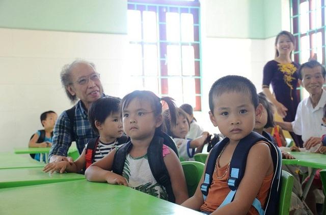 Các em học sinh Trường Mầm non Quảng Tiến vui mừng bên công trình phòng học mang tên Dân trí
