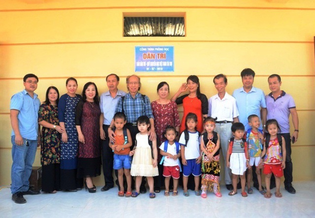 Các đại biểu chụp ảnh kỷ niệm cùng cô trò Trường Mầm non xã Quảng Tiến
