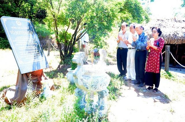 Trước lễ khánh thành, Nhà báo Phạm Huy Hoàn, Tổng biên tập Báo Dân trí cùng đoàn đại biểu đến dâng hương, viếng mộ Đại tướng Võ Nguyên Giáp tại Vũng Chùa - Đảo Yến