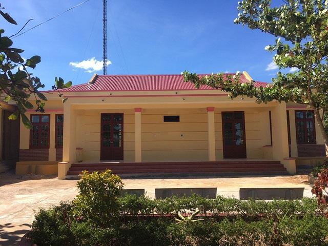 Nhờ sự giúp đỡ của Báo Dân trí và Quỹ Khuyến học Việt Nam, hai phòng học khang trang, vững chắc đã được xây dựng mới thay cho 2 phòng học bị đổ sập vì mưa bão