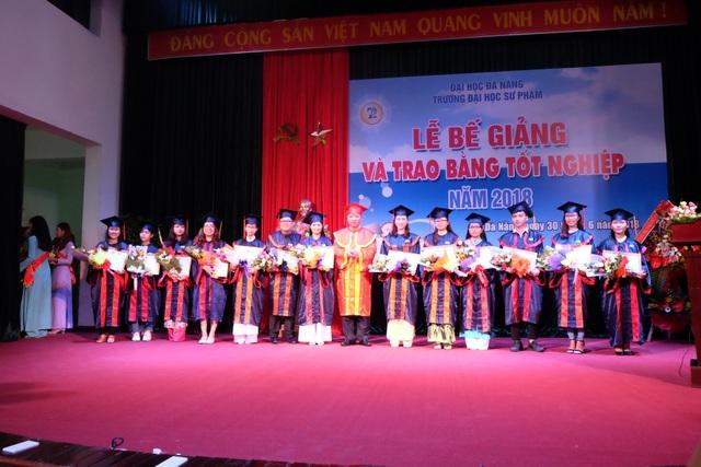 Lễ trao bằng tốt nghiệp đến các tân cử nhân ĐH Sư phạm Đà Nẵng năm 2018