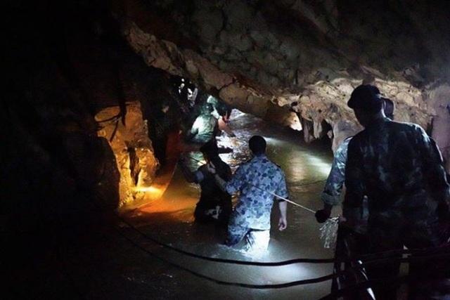 Đội cứu hộ có thể tiếp cận hang sâu hơn nhờ nước rút đáng kể. (Ảnh: EPA)
