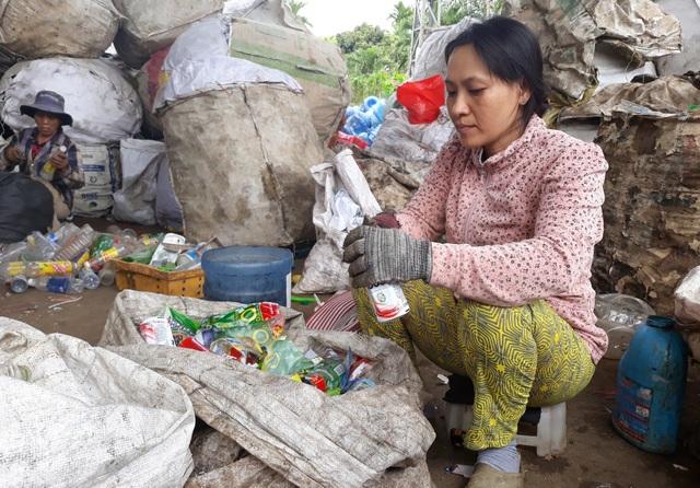 Vợ anh Nam chỉ thu nhập được khoảng 100 ngàn đồng mỗi ngày từ nghề phân loại ve chai