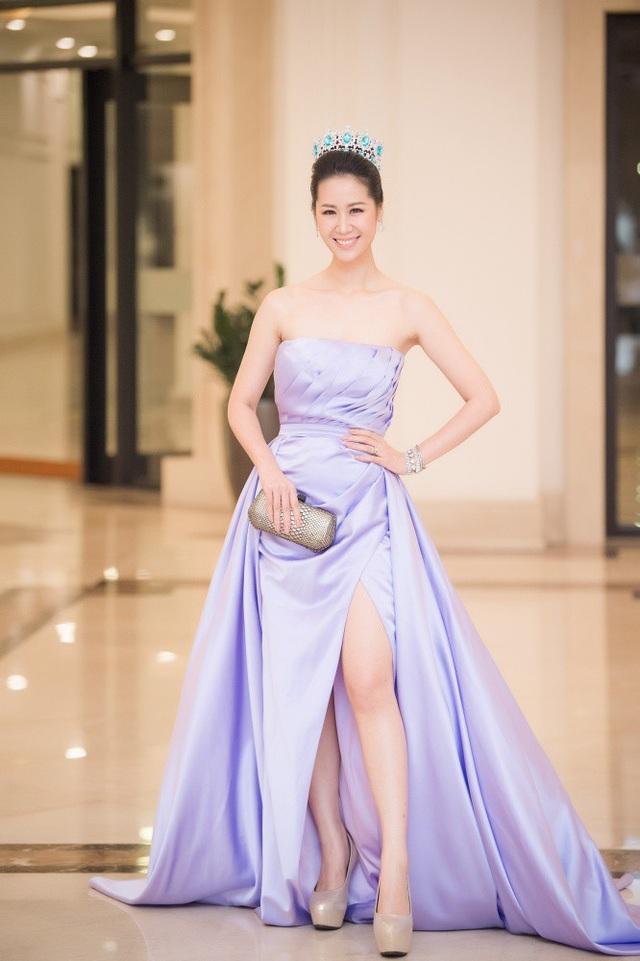 Vừa về nước sau khi đăng quang cuộc thi Mrs Worldwide, Hoa hậu Dương Thuỳ Linh đeo vương miện xuất hiện.