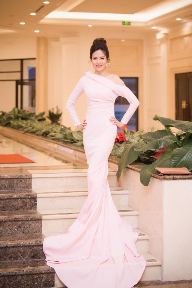Hoa hậu Thu Thuỷ đẹp rạng rỡ trong một chiếc đầm dài lướt thướt, kiểu cách sang trọng.
