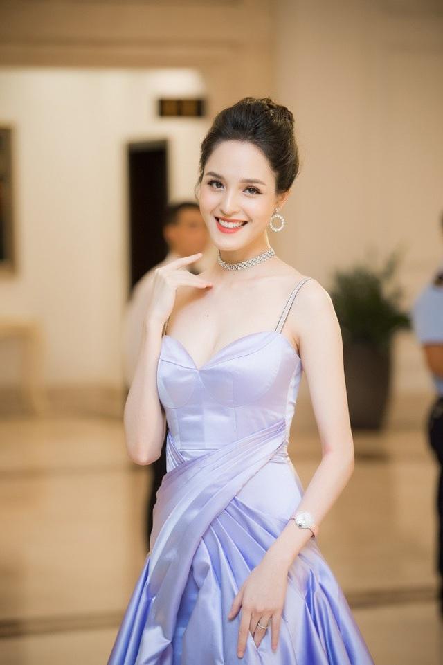 Á hậu Hoàng Anh đẹp rạng rỡ, mặn mà. Dù đã làm mẹ, so với lúc còn soi rỗi, Á hậu Việt Nam 2012 có vóc dáng thon thả đến bất ngờ.