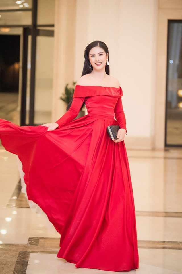 Hoa hậu Ngọc Hân chọn sắc đỏ nổi bật và quyến rũ.
