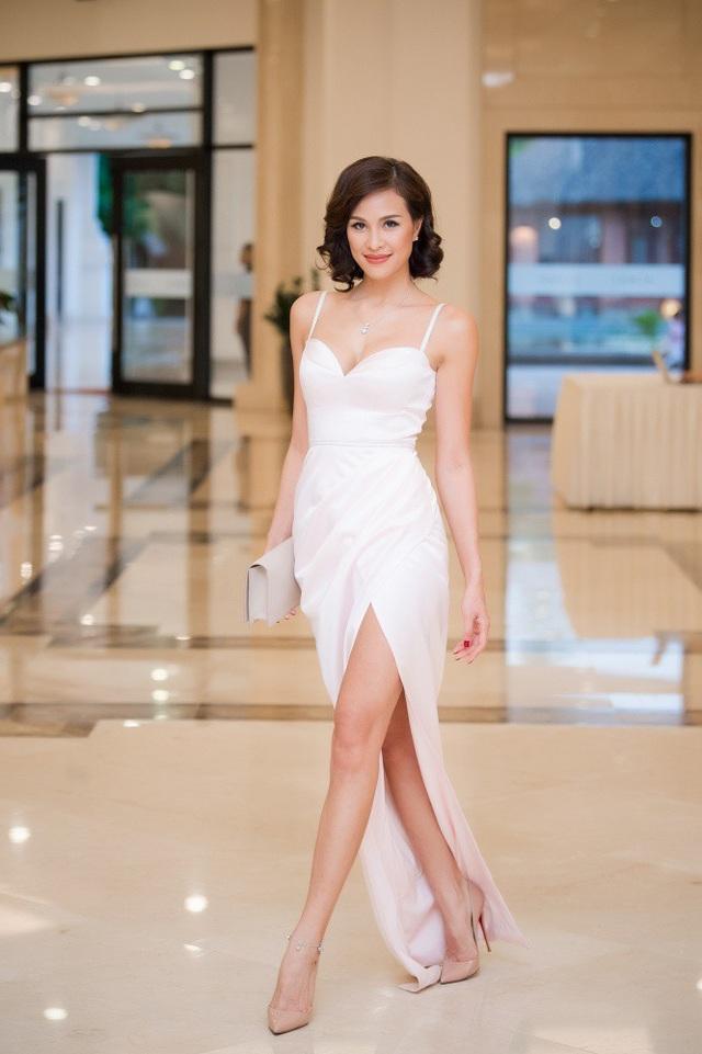 Siêu mẫu, MC Phương Mai đảm nhiệm vai trò MC đêm qua. Cô diện bộ cánh xẻ cao khoe đôi chân dài miên man. Người đẹp vừa bước sang tuổi mới. Ngày 29/6 là sinh nhật cô.