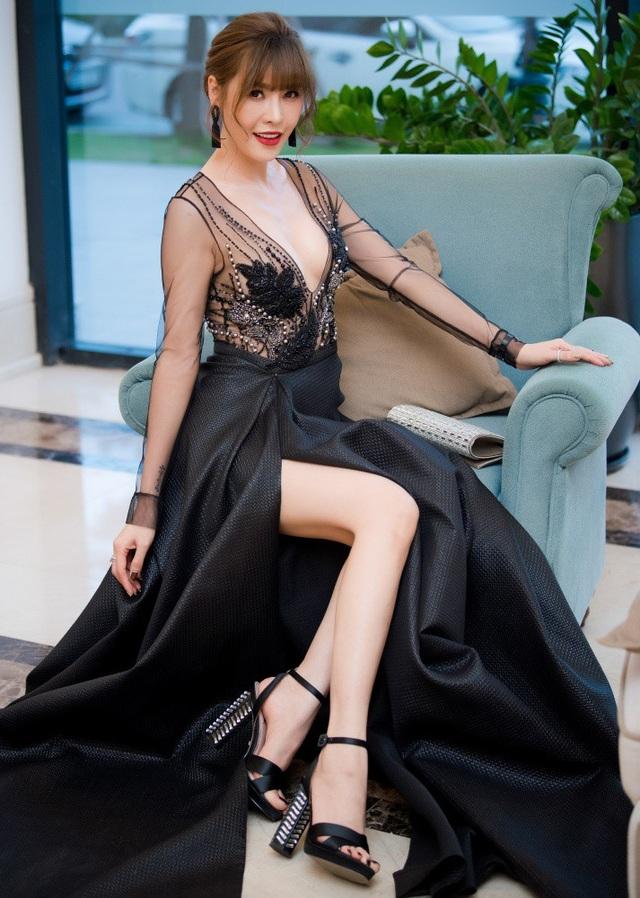 Nữ ca sĩ gốc Hà thành tự tin cho rằng, đẹp khoe, xấu che, cô dám thẩm mỹ thì dám nhận. Tối qua, cô lần đầu xuất hiện sau khi tháo băng để ủng hộ người em thân thiết là NTK Hà Duy trong đêm diễn thời trang.