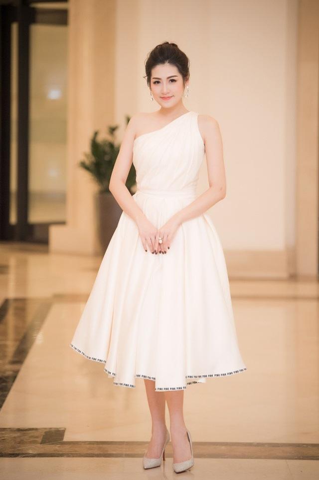 Hoa hậu Tú Anh liên tục xuất hiện tại các sự kiện dù đang tất bật chuẩn bị cho đám cưới sắp đến gần.