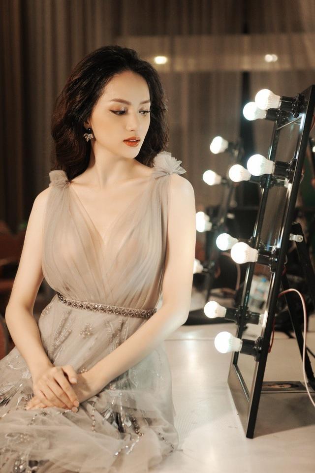 Tuy nhiên vào phút chót, Hương Giang đã không lên sân khấu vì lý do... cô ngồi ở phòng make-up và chờ ê kíp sản xuất gọi đến giờ ra diễn.