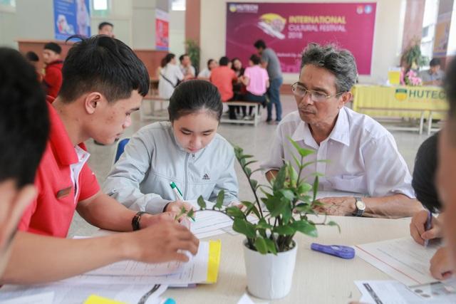 Thí sinh và phụ huynh đăng ký hồ sở xét tuyển bằng học bạ lớp 12 tại trường ĐH Công nghệ TPHCM