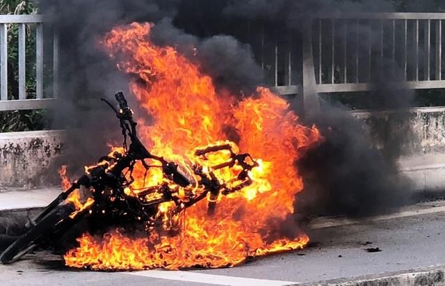 Chỉ vài phút sau, lửa bao trùm và thiêu rụi hoàn toàn chiếc xe.