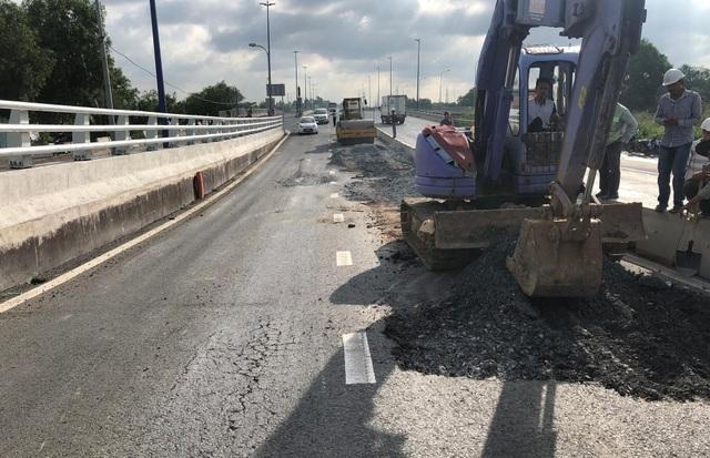 Công nhân, xe cơ giới... được tập kết để tiếp tục thi công cầu vượt nút giao thông Mỹ Thủy.