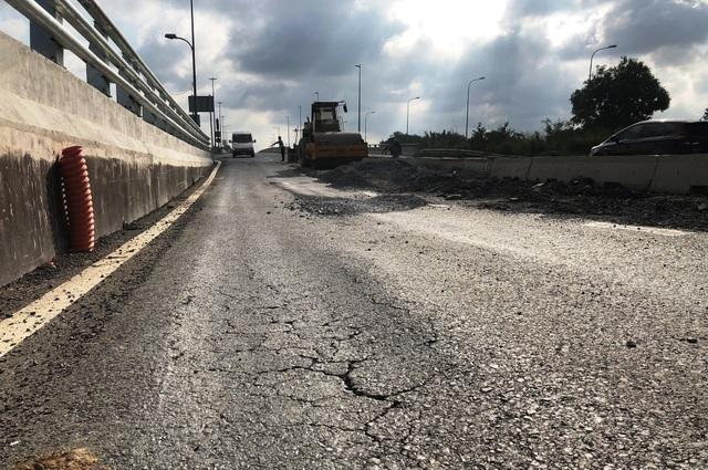 Tình trạng sụt lún trên đường dẫn lên cầu vượt qua nút giao thông Mỹ Thủy.