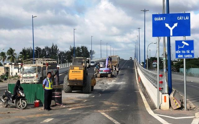 Chưa đầy 48 giờ sau khi thông xe, cầu vượt qua nút giao thông Mỹ Thủy phải đóng một phần để tiếp tục thi công.