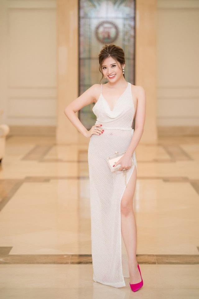 Người đẹp Phan Hoàng Thuy sexy trong chiếc đầm xuyên thấu lộ rõ nội y.