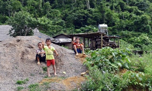 Những đứa trẻ bản Tà Dê thân thiện, vẫy chào khi thấy người dân qua đây.