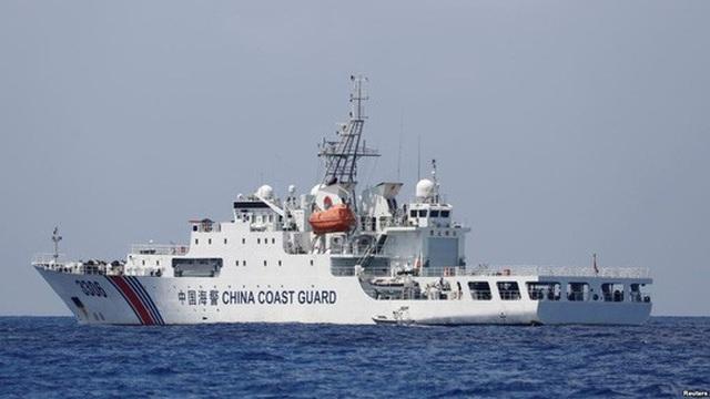 Tàu cảnh sát biển Trung Quốc tại bãi cạn Scarborough vào tháng 4-2017. Ảnh: Reuters