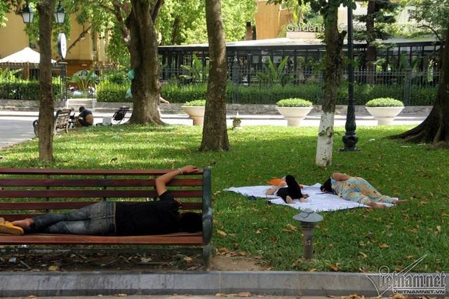 Nắng nóng kéo dài từ sáng, nhiều người tranh thủ từng góc nhỏ râm mát để tranh thủ những giấc ngủ ngắn