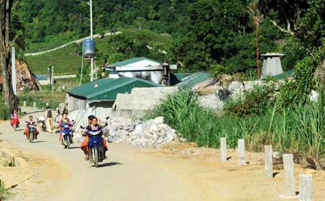 """Người dân ở bản Tà Dê giờ không còn e ngại và lo sợ mỗi khi đi qua nhà """"ông trùm""""."""