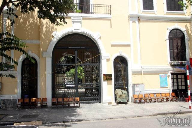 Các hàng quán kinh doanh cũng ế khách, một số khách du lịch tranh thủ tìm những bóng râm để trú nắng