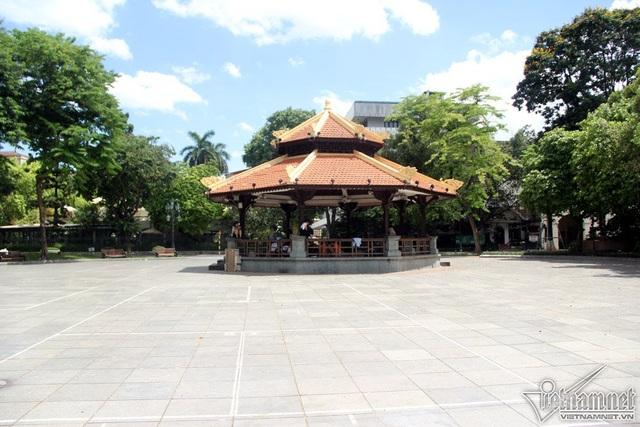 Những địa điểm quanh phố cổ ngày thường vốn chật kín khách du lịch nay nằm một chỗ tránh nắng