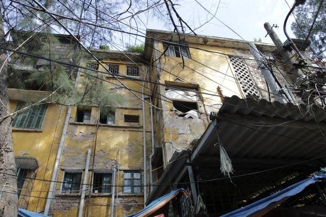 Khu tập thể Kim Liên với các tòa nhà B15, B16 hiện đã cũ nát, các mảng tường bong tróc, những cánh cửa xập xệ được nhìn thấy khắp nơi.