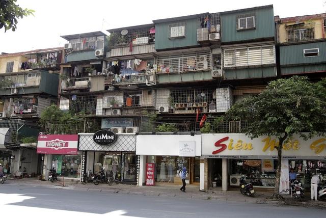 Tình trạng chung của các tập thể cũ là việc cơi nới diện tích ở, nhiều tòa nhà không thể nhận ra hình dáng ban đầu. Trong ảnh là dãy nhà A2 tập thể Kim Liên.