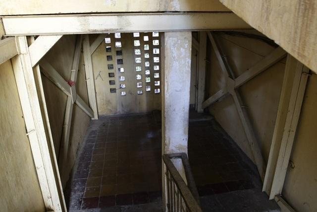 Khung thép gia cố từ tầng 1 đến tầng 5 tòa nhà E6 Thành Công cho thấy sự xuống cấp và nỗi lo sợ của người dân khi sinh sống ở đây.