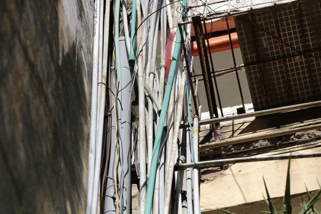 Nước sạch là vấn đề lớn của nhiều tập thể cũ, những hộ ở tầng cao thường phải lắp đặt bể nước cùng những búi ống dẫn bò bám khắp tòa nhà.