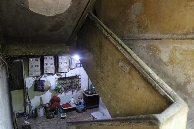 Bên trong các hành lang chung của khu tập thể Nguyễn Công Trứ đều được các hộ dân tận dụng vào mục đích sinh hoạt riêng.
