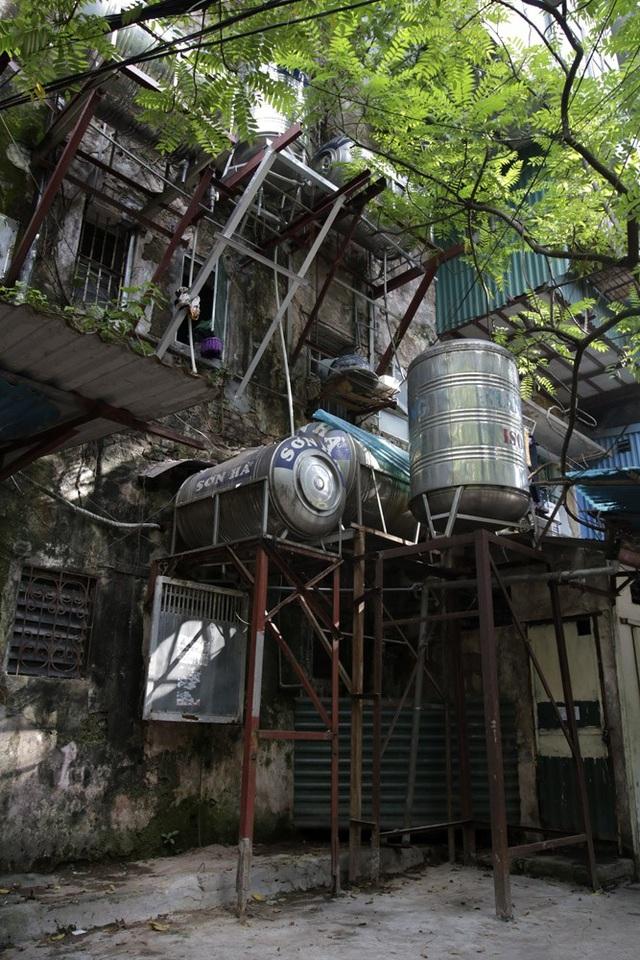 Rất nhiều bình nước đã được lắp đặt tại đây theo kiểu áp sát tường nhà hoặc làm giá đỡ cao 3 - 4 mét dọc tường.
