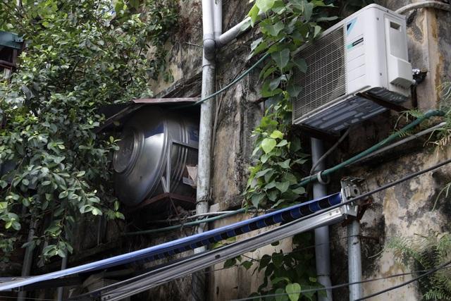 Cũng giống như tập thể Kim Liên, Nguyễn Công Trứ, khu Văn Chương cũng bị biến dạng nhiều bởi bể nước và nhiều thiết bị phục vụ nhu cầu thiết yếu của người dân.